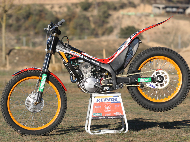 Tarrés prueba la moto de Toni Bou