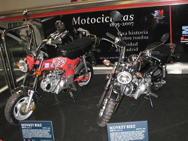 Exposición de motos en el Metro de Madrid