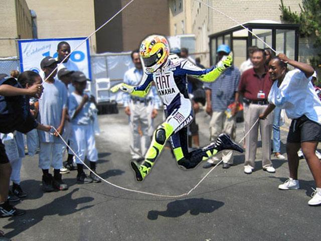 "Internet parodia el ""vuelo"" de Rossi en Sepang"