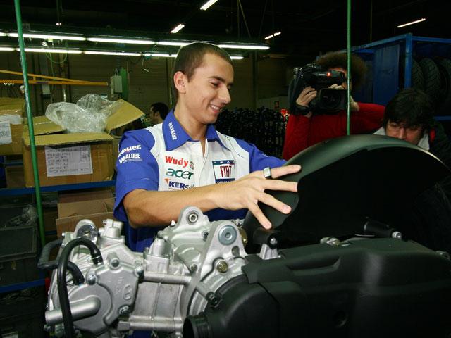 Jorge Lorenzo visita la fábrica de Yamaha