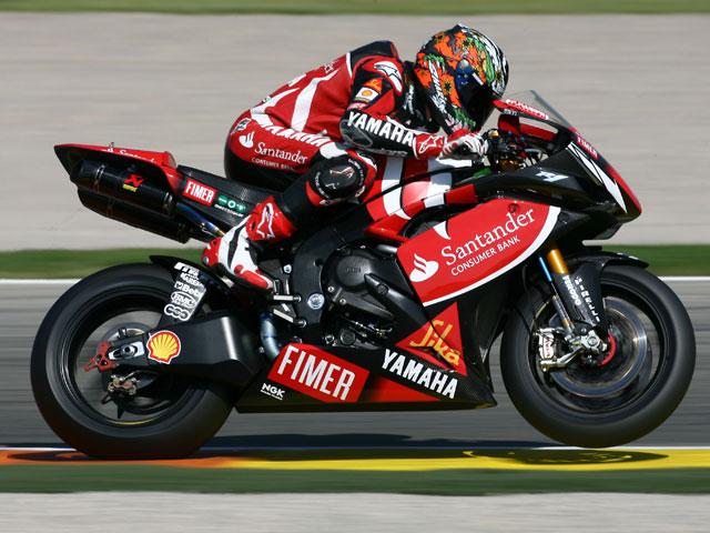Checa (Honda) se va al suelo en la última curva de SBK. Lanzi (Ducati) gana.