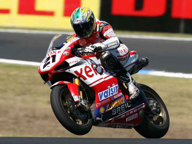 Checa (Honda) a las puertas de la victoria. Haga (Yamaha), Primero.