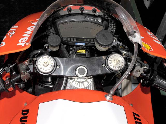 Stoner entrena con la Ducati GP9 de chasis de carbono