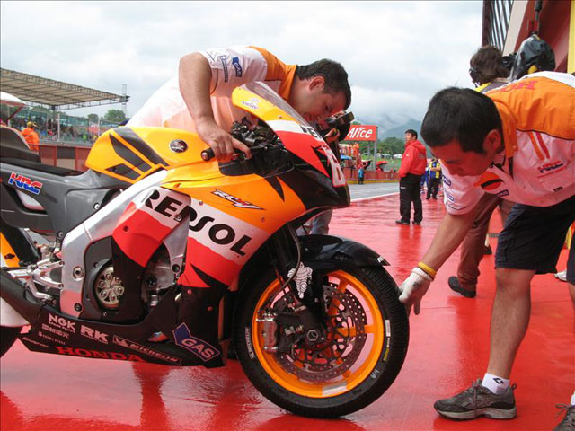 Cómo se pilota una MotoGP bajo la lluvia