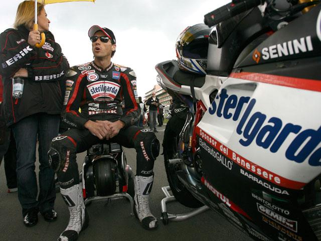 Troy Bayliss y Ducati, mejor tiempo en los primeros cronos de Superbike