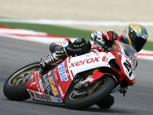 Troy Corser (Yamaha) logra también la Superpole. Xaus (Ducati), Tercero