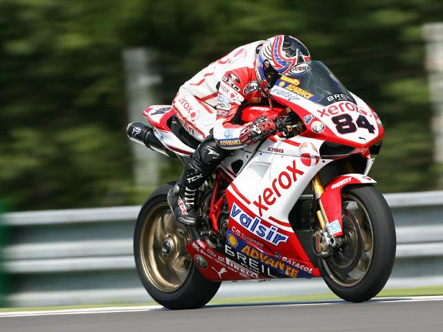 Bayliss (Ducati) repite victoria y roza el Mundial de SBK