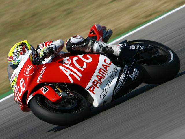 Valentino Rossi, con MotoGP en la mano. Lorenzo y Elías completan el podio