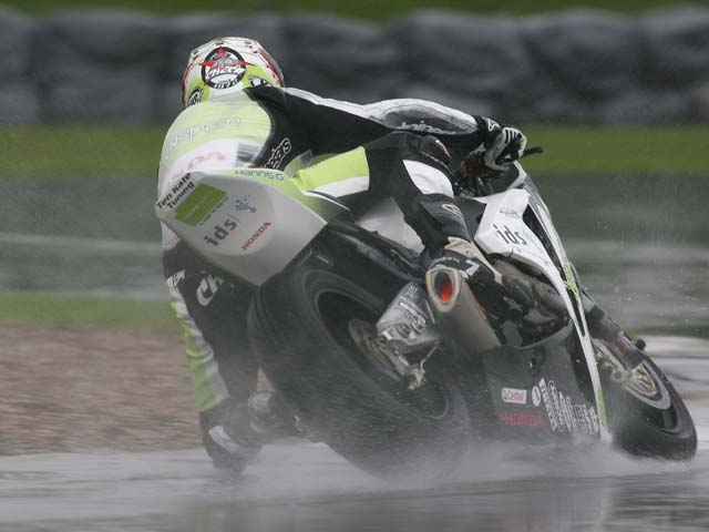 Troy Bayliss (Ducati) logra la sexta superpole en superbike. Checa, tercero