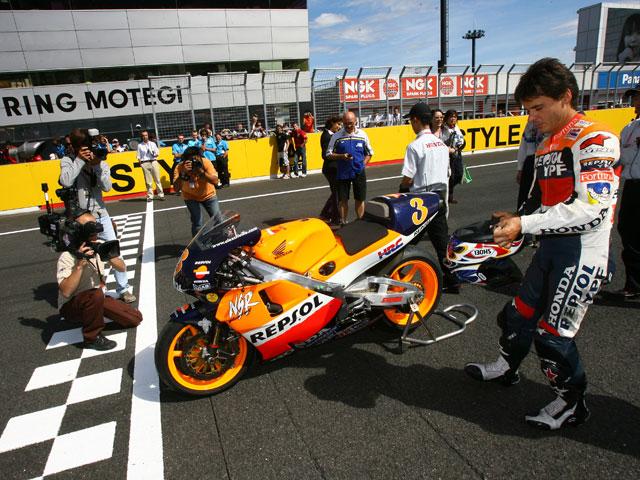Alex Crivillé recibe el Trofeo de los Campeones de MotoGP