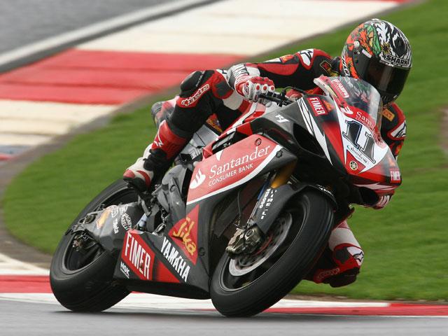Troy Bayliss, por delante de Checa, logra la victoria en Superbike