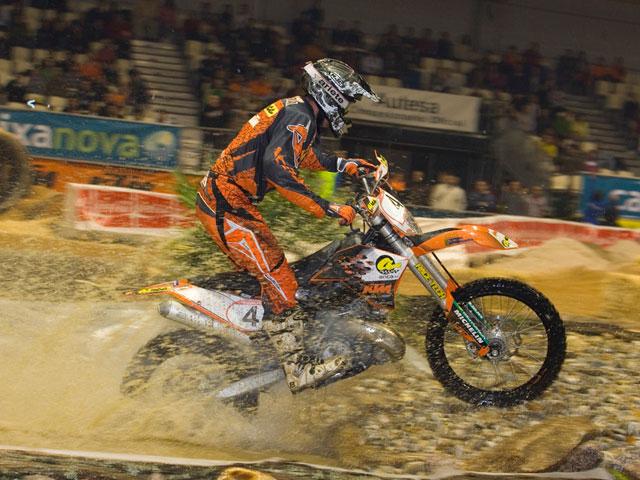 Iván Cervantes (KTM) triunfa en el Enduro Indoor de Vigo