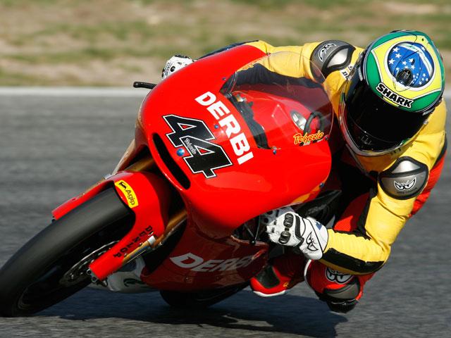 Barberá se impone a Bautista y Simoncelli. Simón arrasa en 125 cc