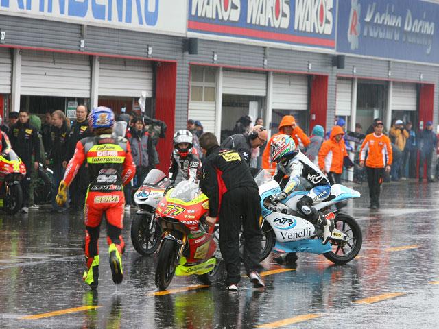 Edwards, Faubel y Simón los más rápidos bajo la lluvia
