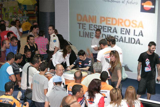 Pedrosa (Honda) atendió los repostajes en una estación de servicio en Canarias