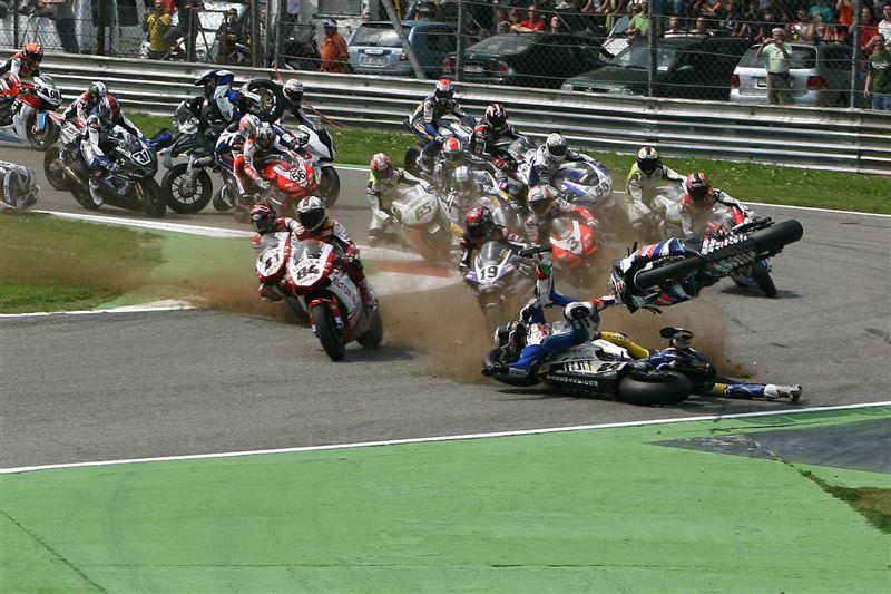 El brutal accidente de la primera carrera de SBK en Monza en imágenes