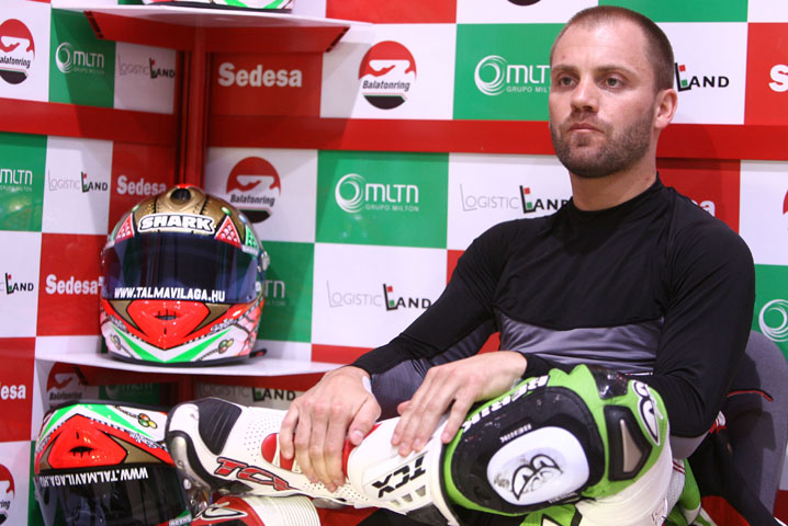 Imagen de Galeria de Ángel Rodríguez se sube en la moto de Gabor Talmacsi en el GP de Francia