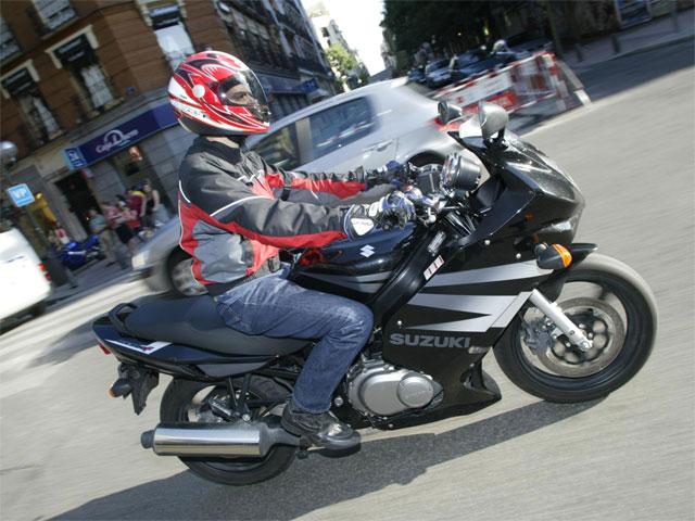 Multas de 150 euros y tres puntos por conducir sin casco