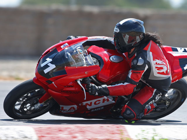 Imagen de Galeria de La lucha por subirse a la Ducati 1198 del Mundial de SBK