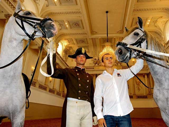 MotoGP. Lorenzo visita la Escuela de Equitación Española en Viena