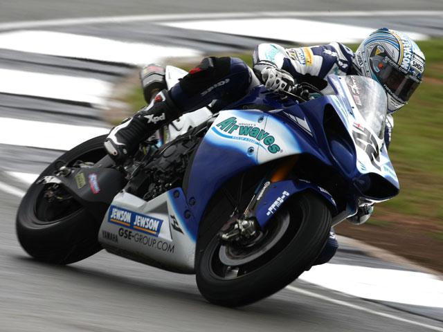 Leon Camier correrá con Aprilia en Magny-Cours