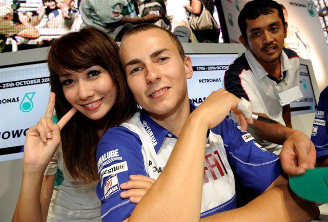 Rossi y Lorenzo en las Torres Petronas de Kuala Lumpur (Malasia)