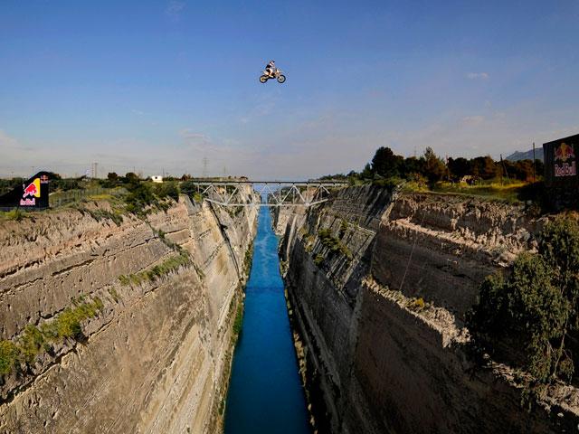 Robbie Maddison salta el Canal de Corinto