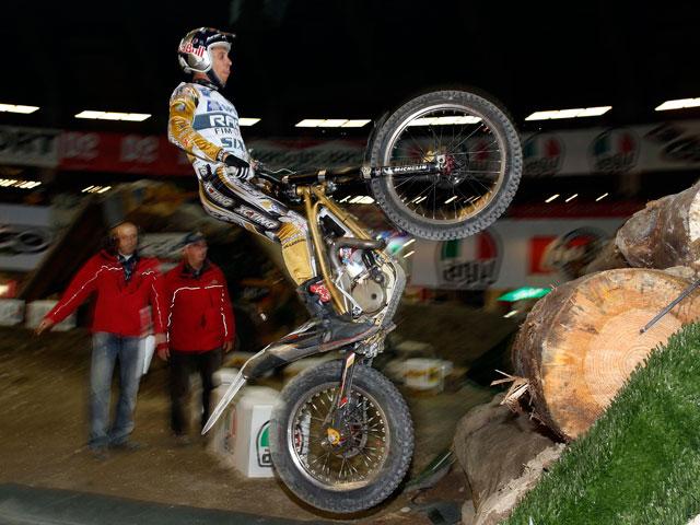 Toni Bou comienza con victoria la temporada de Trial Indoor 2011