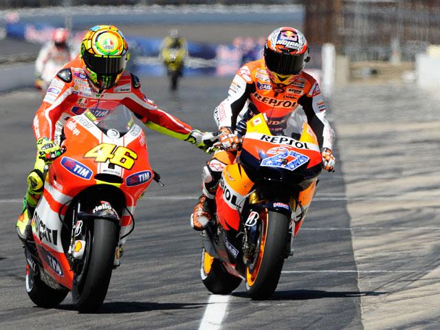 Rossi saluda a Stoner tras en GP de Indianapolis