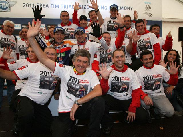 Toni Bou celebra con todo el equipo su quinto título de Campeón del Mundo de Trial
