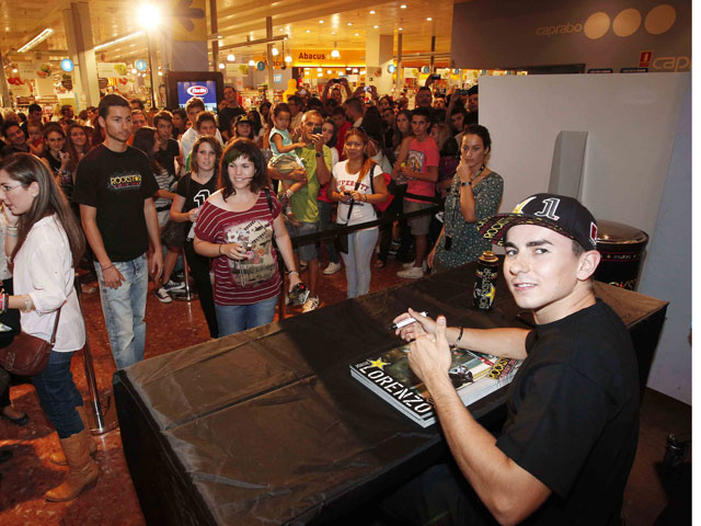 Jorge Lorenzo firmó autógrafos en Barcelona