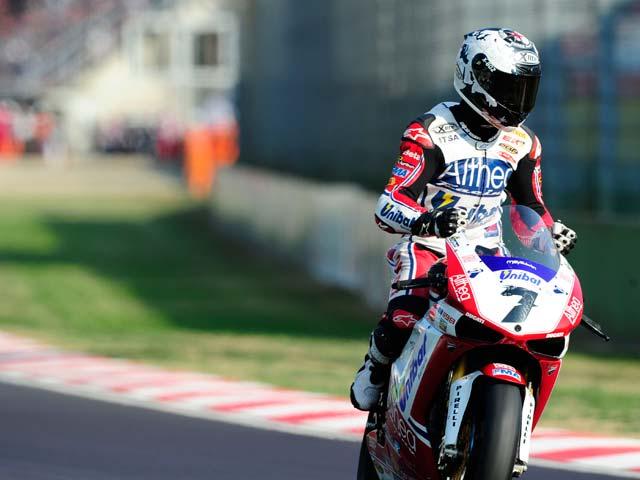 Checa celebra la victoria en la segunda carrera del Mundial de Superbike de Imola