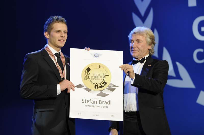 Angel Nieto entregó el premio a Stefan Bradl