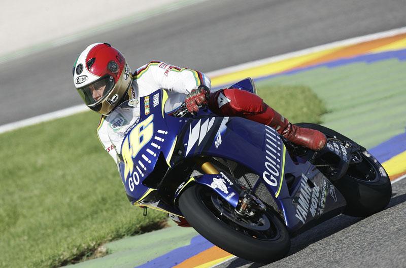 Agostni con la Yamaha M1 de Valentino Rossi