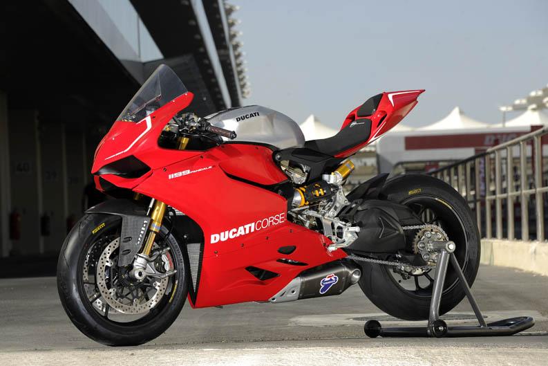 Troy Bayliss y Óscar Pena prueban la Ducati 1199 Panigale