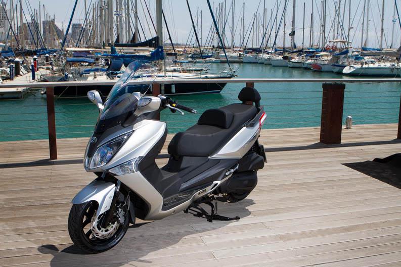 sym joymax 125 300 presentaci n scooter. Black Bedroom Furniture Sets. Home Design Ideas