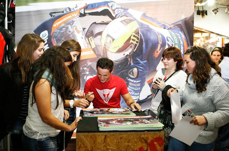 Fotos de la firma de autógrafos de Espargaró