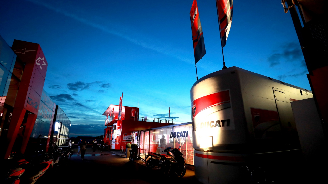 2 ¿Qué piloto ganó cuatro años seguidos en la misma categoría en Silverstone?