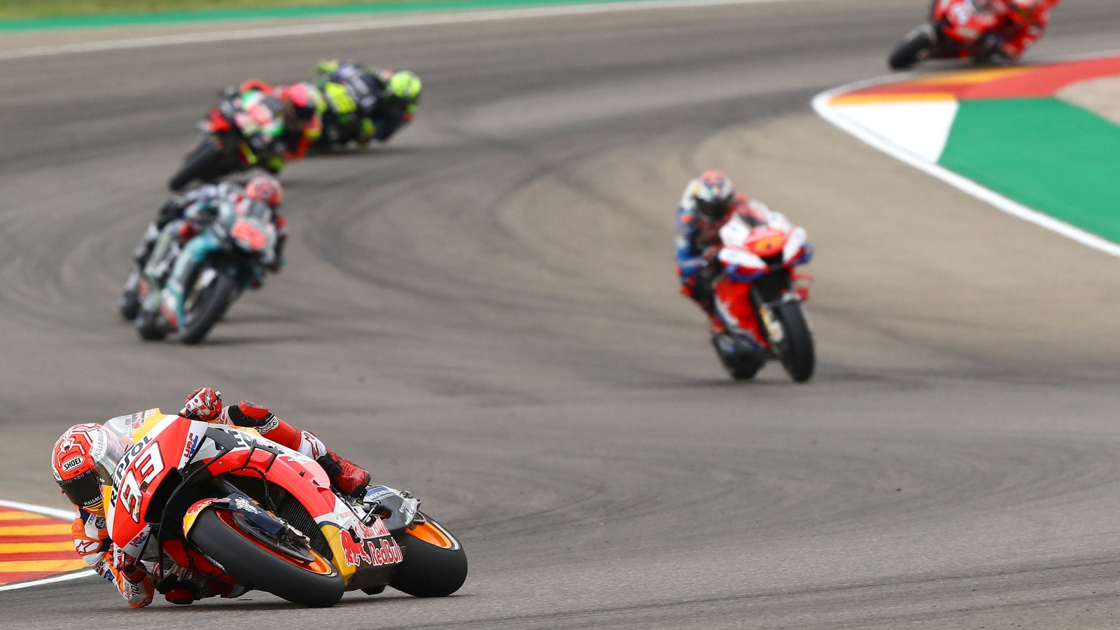 Marc Márquez suma 325 puntos. ¿Cuántos equipos suman más puntos contando a sus dos pilotos?