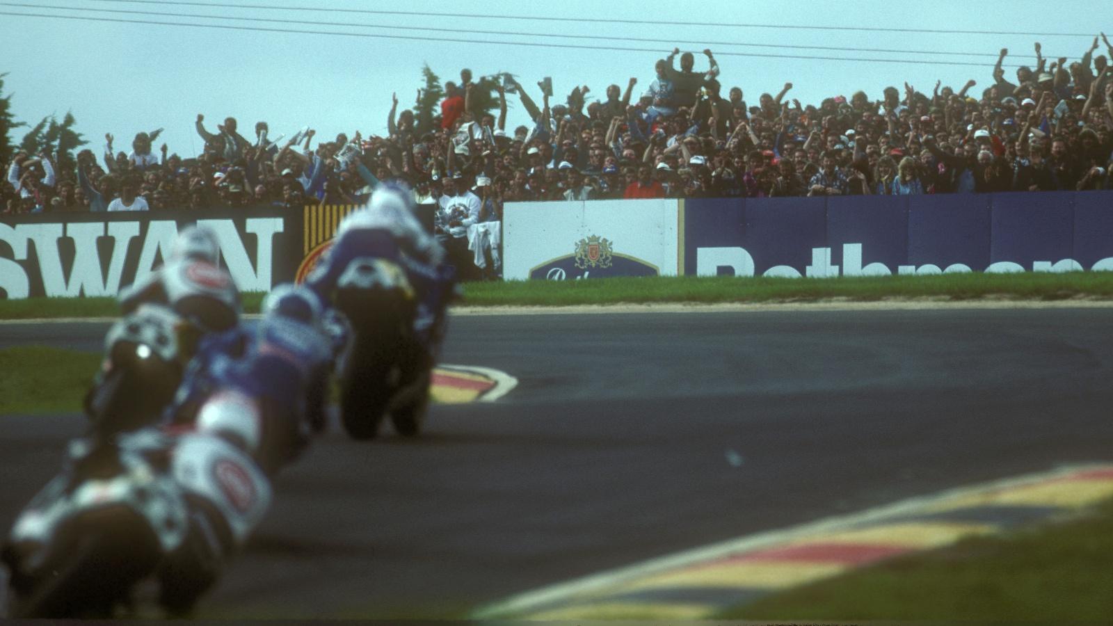 ¿Cuándo se disputó la primera carrera de motos en Phillip Island?